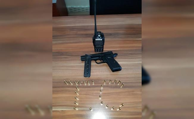 Telsiz ve silahla yakalandılar!