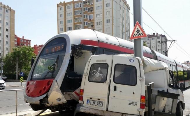 Tramvay ile Minibüs Çarpıştı: 1 Yaralı