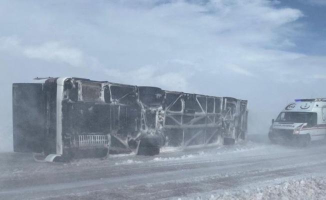 Kayseri'de yolcu otobüsü devrildi, çok sayıda yaralı var!