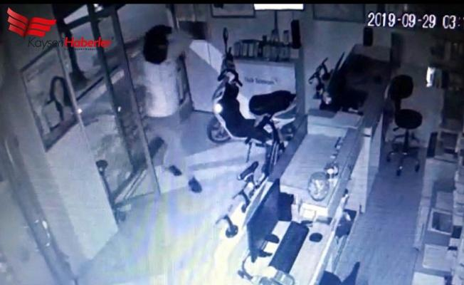 Kar Maskeli Hırsız Kameralara Yakalandı