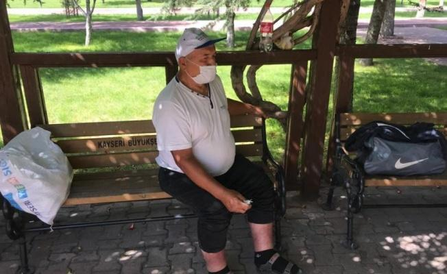Ailesinin uzaklaştırma kararı aldırdığı yaşlı adam parkta yatıyor
