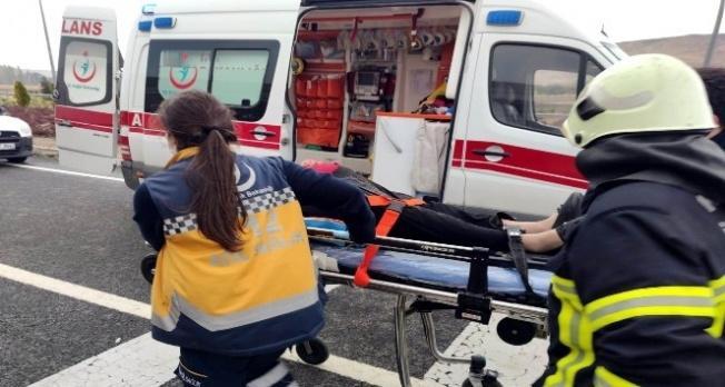 Kamyonet kamyona arkadan çarptı: 2'si ağır 3 kişi yaralı!