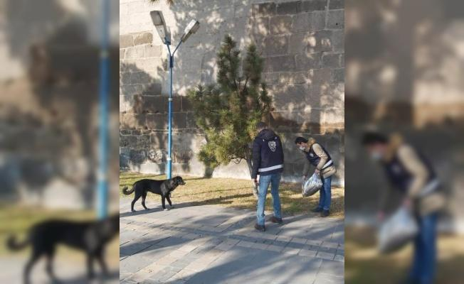 Hayvanların kısıtlamadan etkilenmemesi için polis doğaya yem bıraktı