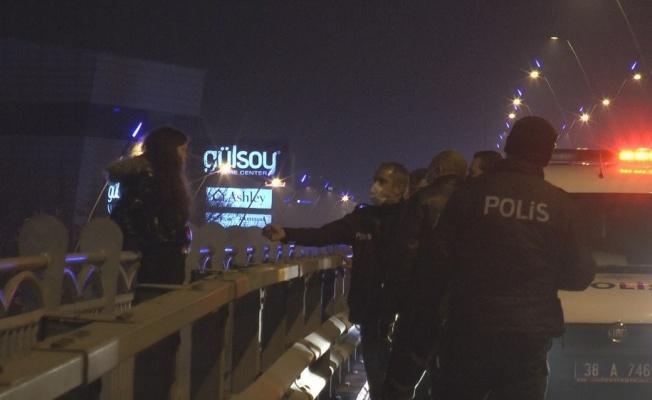 22 yaşındaki genç kızı atlamak istediği üst geçitten polis ekipleri indirdi