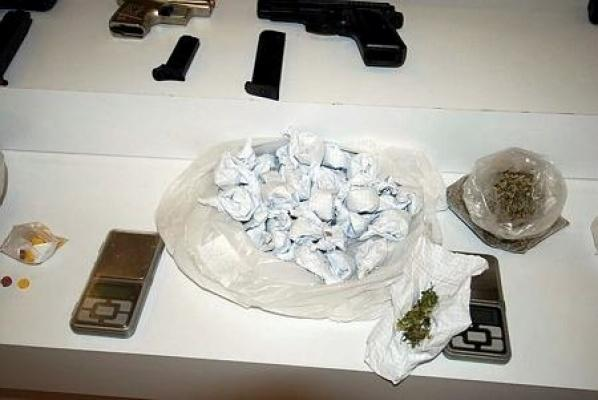 Polisten kaçan şahıslardan ruhsatsız tabanca ve uyuşturucu maddeler ele geçirildi