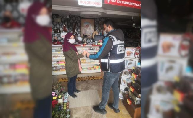 Polis ekipleri kadınlara 'karanfil' hediye etti, günlerini kutladı