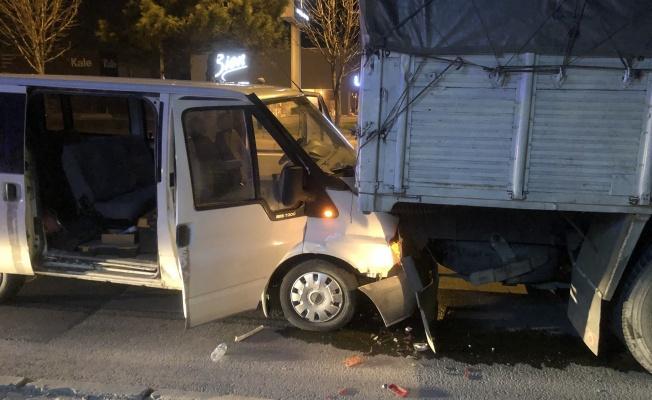 Ticari araç park halindeki kamyona çarptı: 2 yaralı