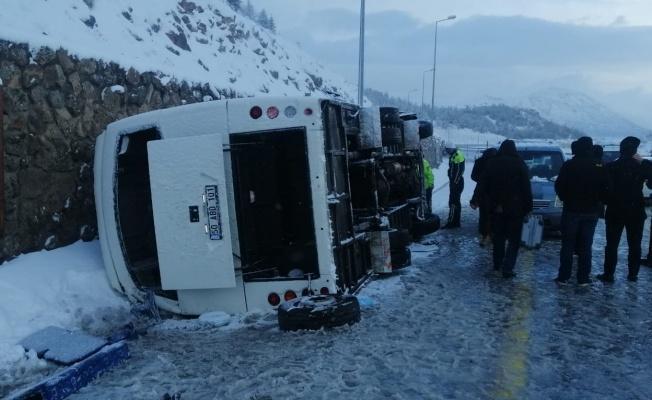 Turistleri taşıyan midibüs devrildi: 25 yaralı