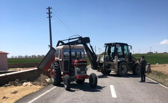 Çiftçinin traktörü devrildi!