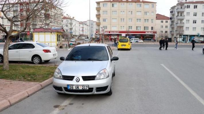 Kayseri'de atık kağıt toplayan çocuğa otomobil çarptı!