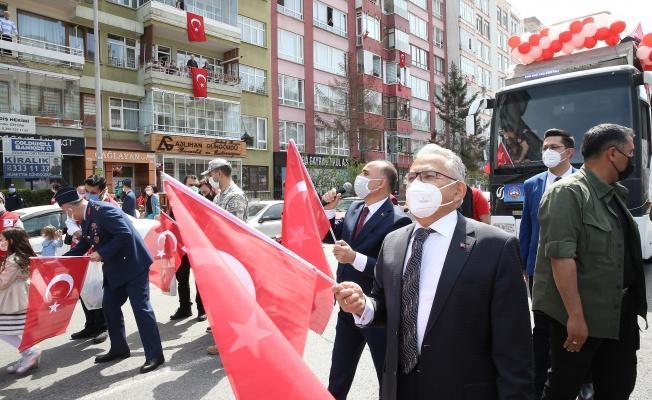 Kayseri'de balkonlarda 23 Nisan coşkusu