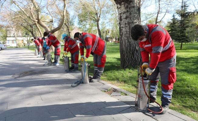 Kocasinan Belediyesi sokağa çıkma kısıtlamasında parkları ilaçladı