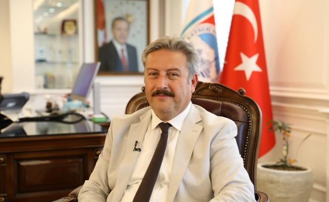 Başkan Palancıoğlu yüzme sporcusu Yade Sezen'i tebrik etti