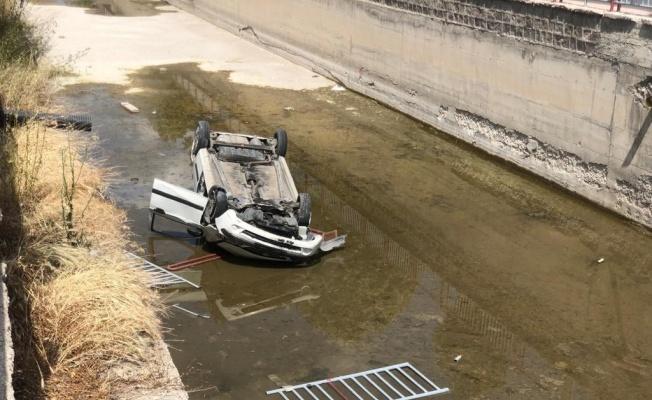 Kanala düşen otomobilin sürücüsü yaralandı