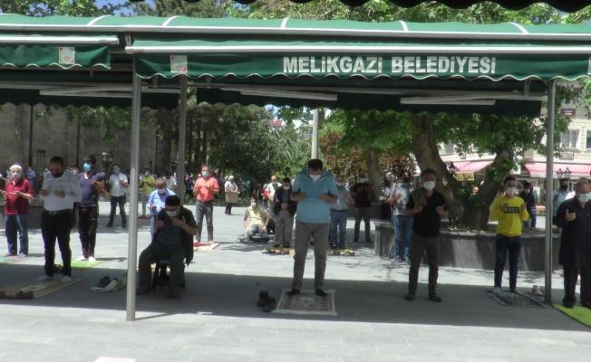 Kayseri'de eller hem Filistin hem de yağmur için duaya kalktı
