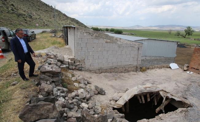 8 tonluk kayanın düştüğü ahır Hacılar Belediyesi tarafından tamir edilecek
