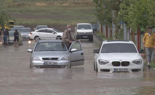 Kayseri'de sağanak yağış etkili oldu, araçlar mahsur kaldı