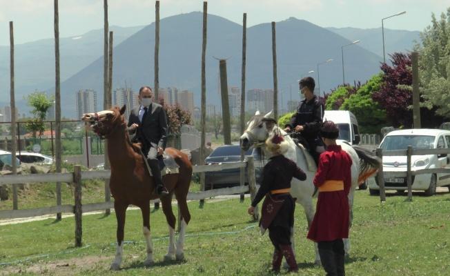 Milli Eğitim Müdürü özel öğrencilerle birlikte at bindi